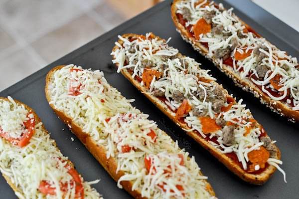 Homemade French Bread Pizzas I howsweeteats.com