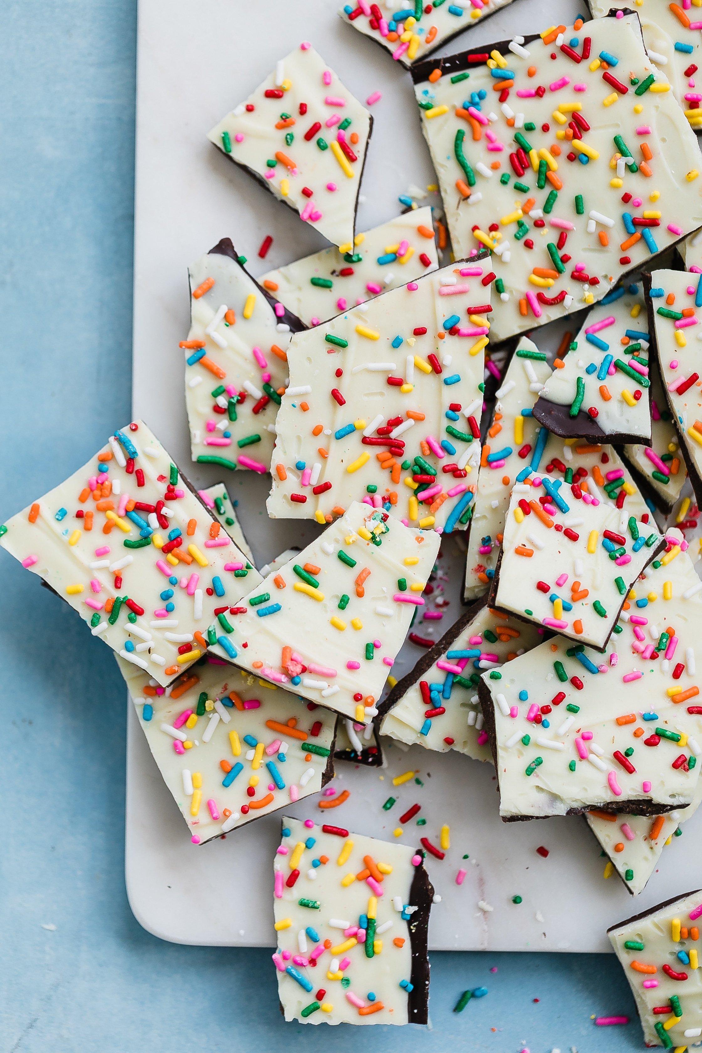 cake batter chocolate bark I howsweeteats.com #cakebatter #chocolate #bark #desserts #christmas