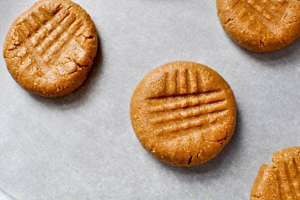 No-Bake Peanut Butter Cookies I howsweeteats.com