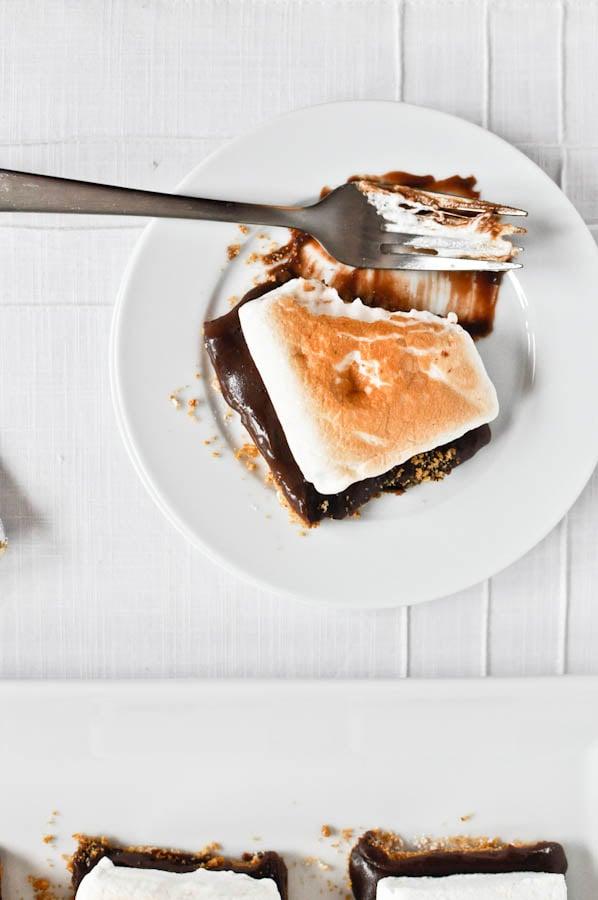 No-Bake S'mores Bars I howsweeteats.com