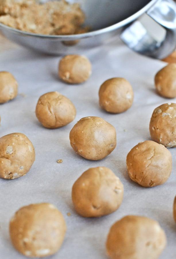 Crispy Chocolate Peanut Butter Cookie Dough Truffles I howsweeteats.com