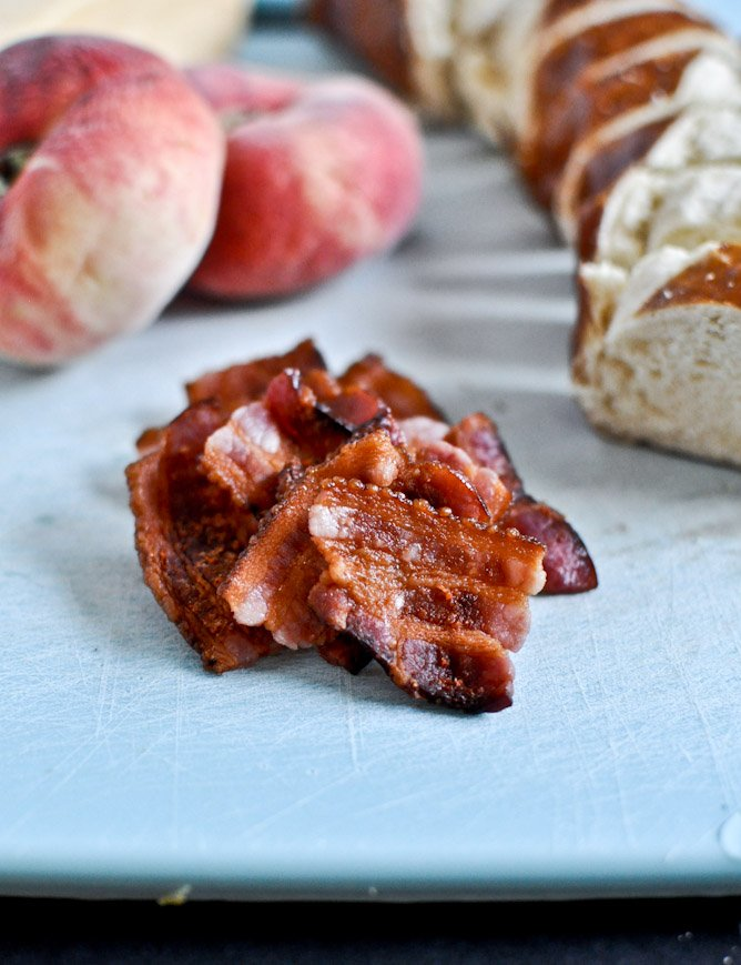 Peach, Bacon + Gouda Grilled Cheese Sliders on Pretzel Bread I howsweeteats.com