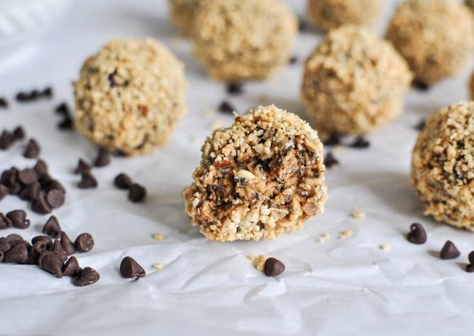 Healthy: Quick + Easy No Bake Oatmeal Peanut Butter Bites I howsweeteats.com