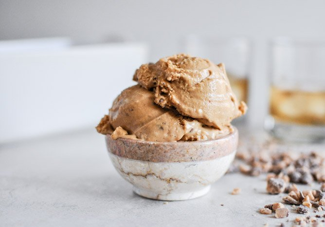 Burnt Caramel Bourbon Ice Cream with Milk Chocolate Toffee I howsweeteats.com