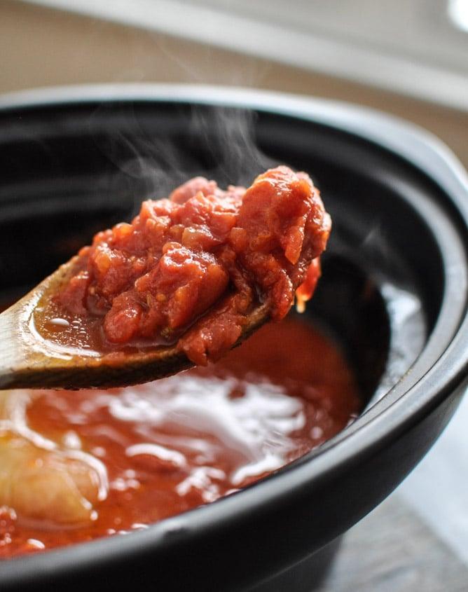 Favorite Simple Crockpot Tomato Sauce I howsweeteats.com