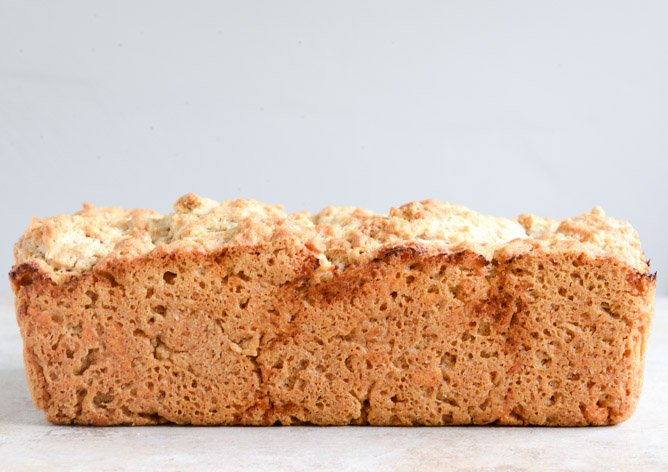 White Cheddar Beer Bread I howsweeteats.com