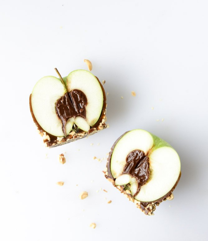 chocolate peanut butter fudge stuffed caramel apples I howsweeteats.com