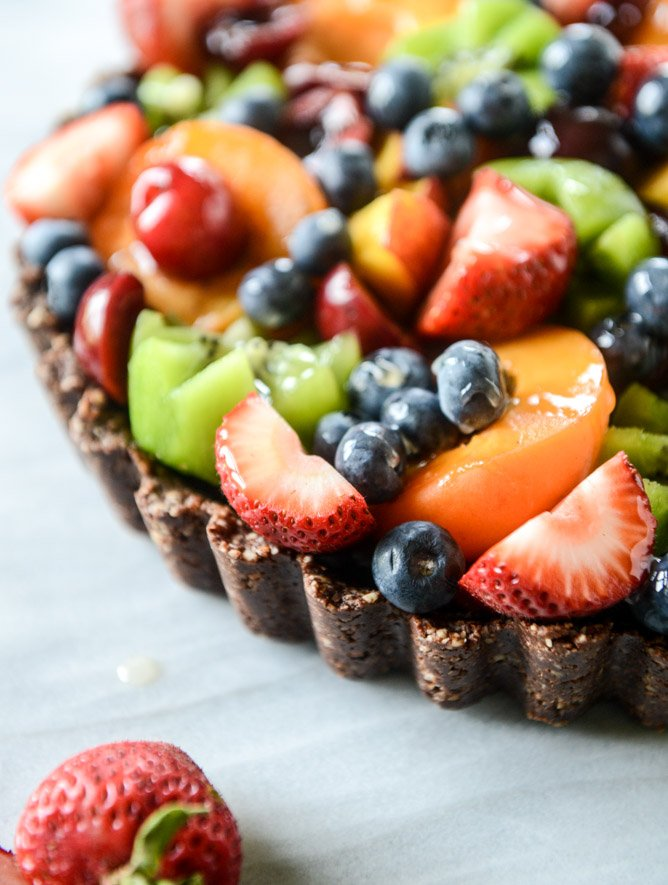 summer fruit tart with chocolate coconut cashew crust I howsweeteats.com