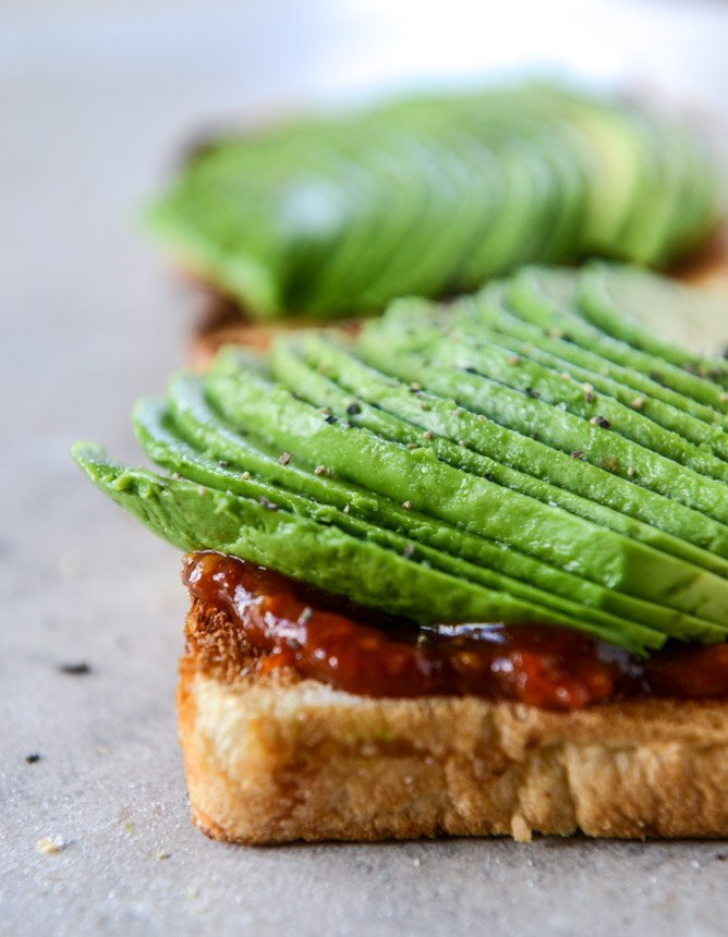 avocado, bacon and egg toast with quick tomato jam by @howsweeteats I howsweeteats.com