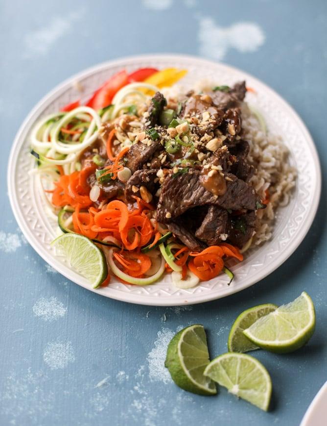 thai beef bowls I howsweeteats.com