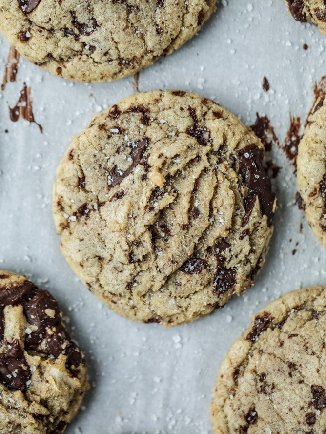 salted dark chocolate chunk cookies I howsweeteats.com