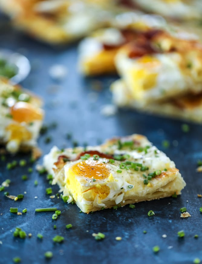 puff pastry breakfast pizza I howsweeteats.com #breakfast #pizza #puffpastry #brunch #christmas