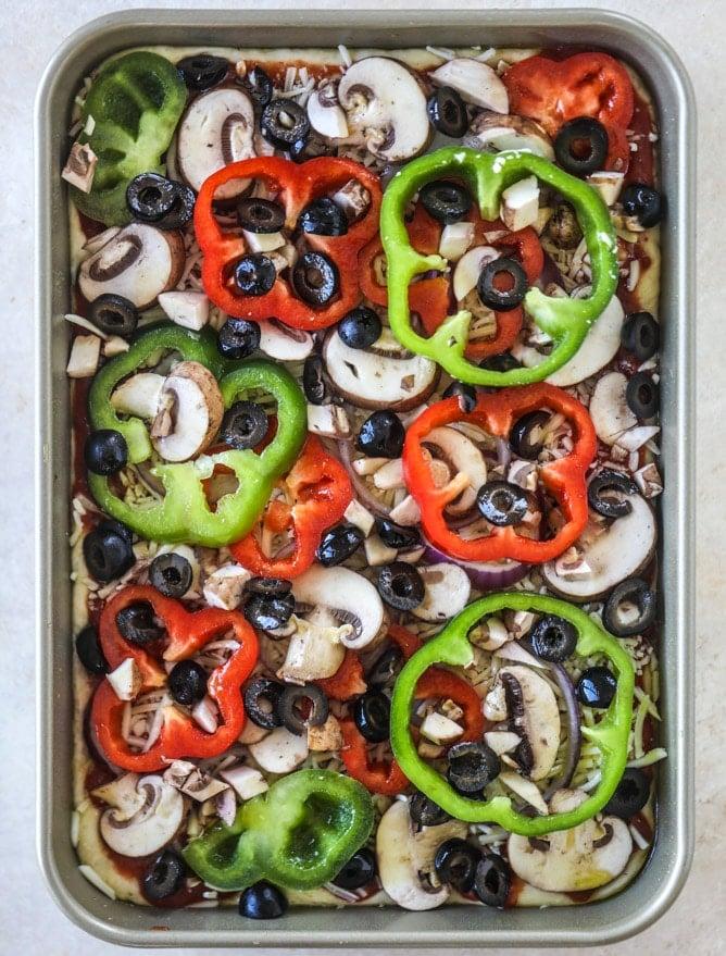 veggie supreme detroit style pizza I howsweeteats.com #detroitstyle #pizza #pizzasupreme #veggiepizza #vegetarian