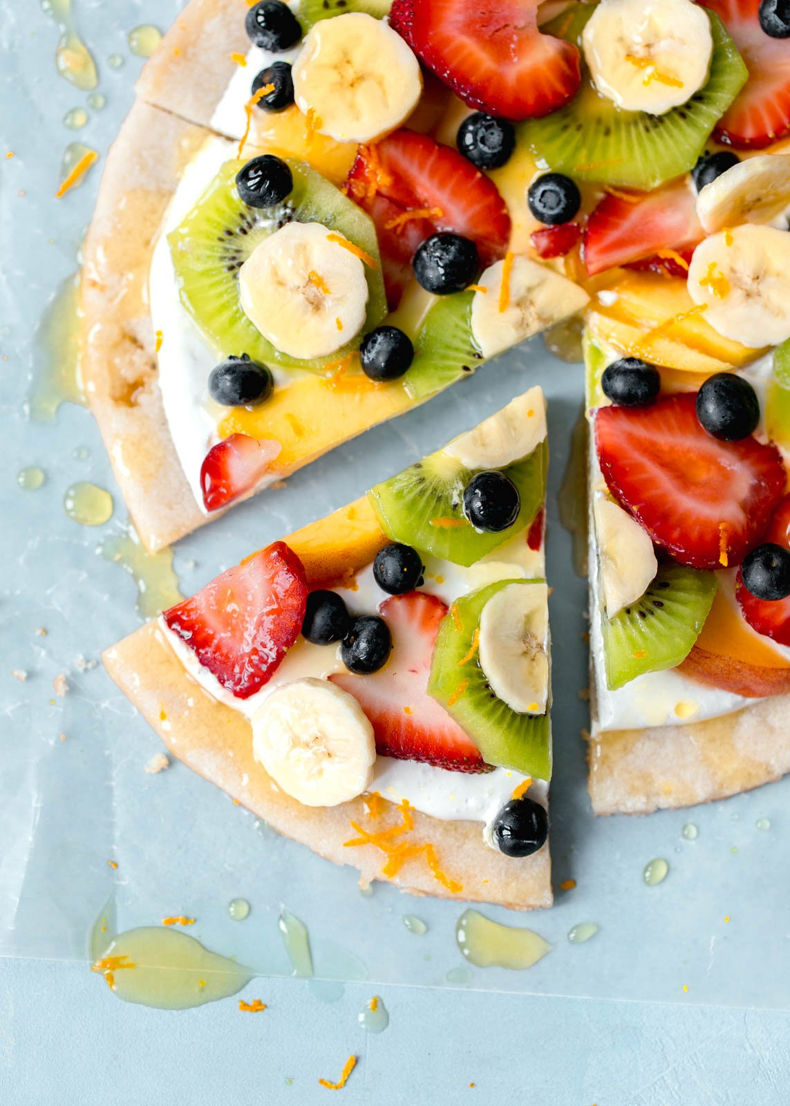 fruit pizza on a sugar cookie crust I howsweeteats.com