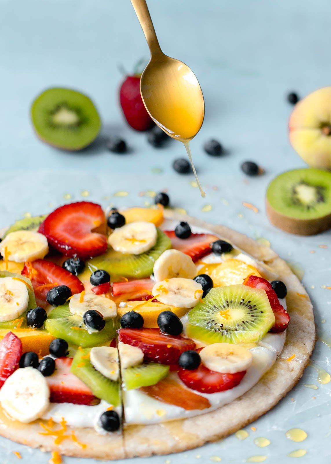 fruit pizza on a sugar cookie crust I howsweeteats.com