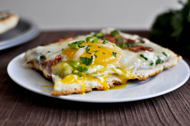 Grilled Breakfast Pizza I howsweeteats.com