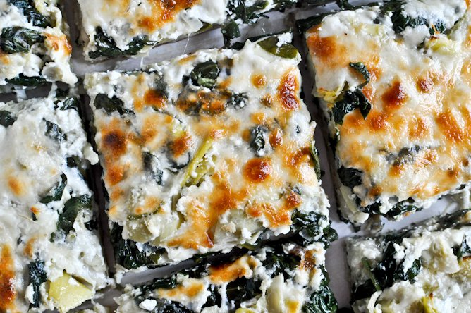 Cheesy Spinach and Artichoke Pizza I howsweeteats.com