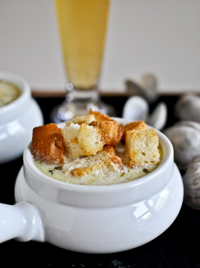 Fresh New England Clam Chowder with Brown Butter Garlic Croutons I howsweeteats.com