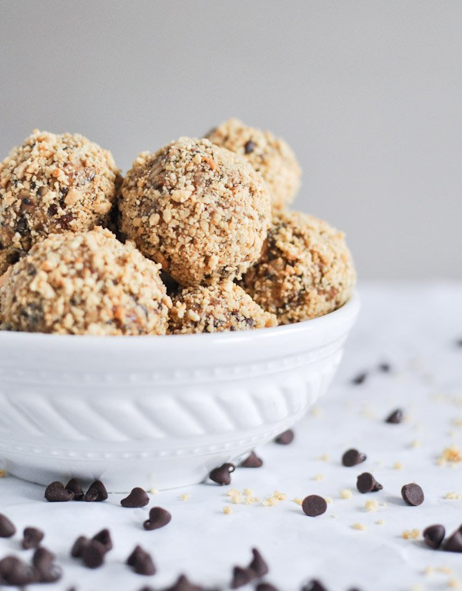 No Bake Oatmeal Raisin Energy Balls Recipe ~ Delicious Energy Balls That Taste Just like Oatmeal Raisin Cookies! Loaded with Oatmeal, Raisins, Pecans, Flaxseed, Chia Seeds and .