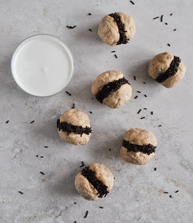 Fat Little Peanut Butter Oatmeal Cookie Sandwiches with Chocolate Ganache I howsweetetas.com