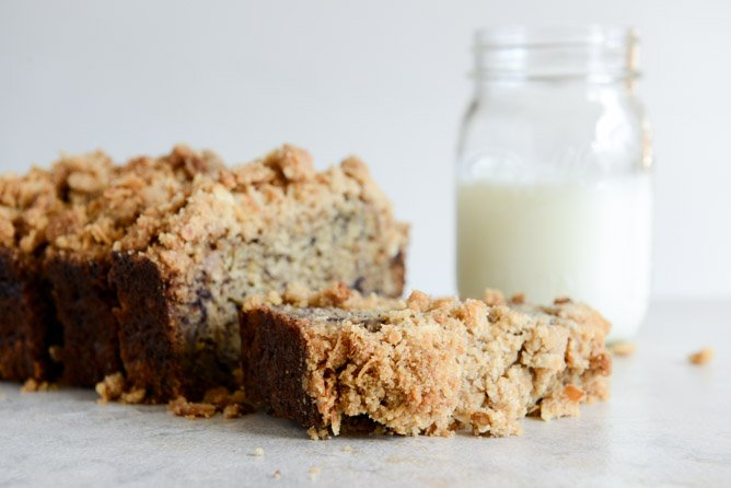 Whole Wheat Banana Bread with Coconut Cinnamon Streusel I howsweeteats.com