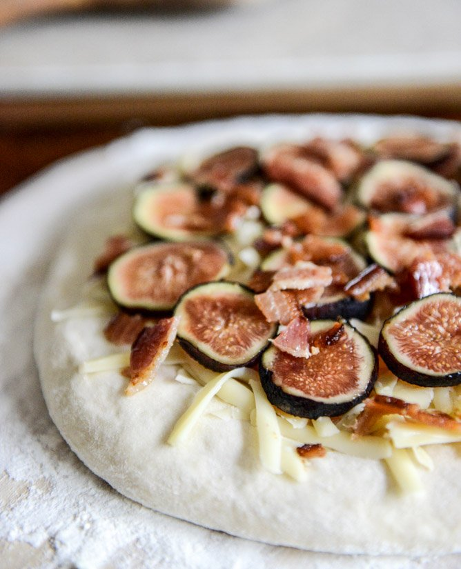 Fresh Fig, Bacon + Blue Cheese Pizza I howsweeteats.com