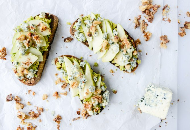 autumn avocado toast with pears, gorgonzola and cinnamon toasted walnuts I howsweeteats.com