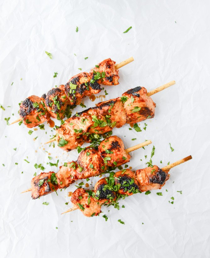 chili garlic chicken skewers with yogurt sauce I howsweeteats.com