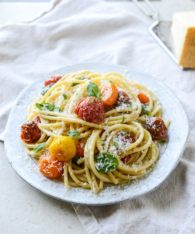 roasted garlic butter bucatini with burst tomatoes I howsweeteats.com