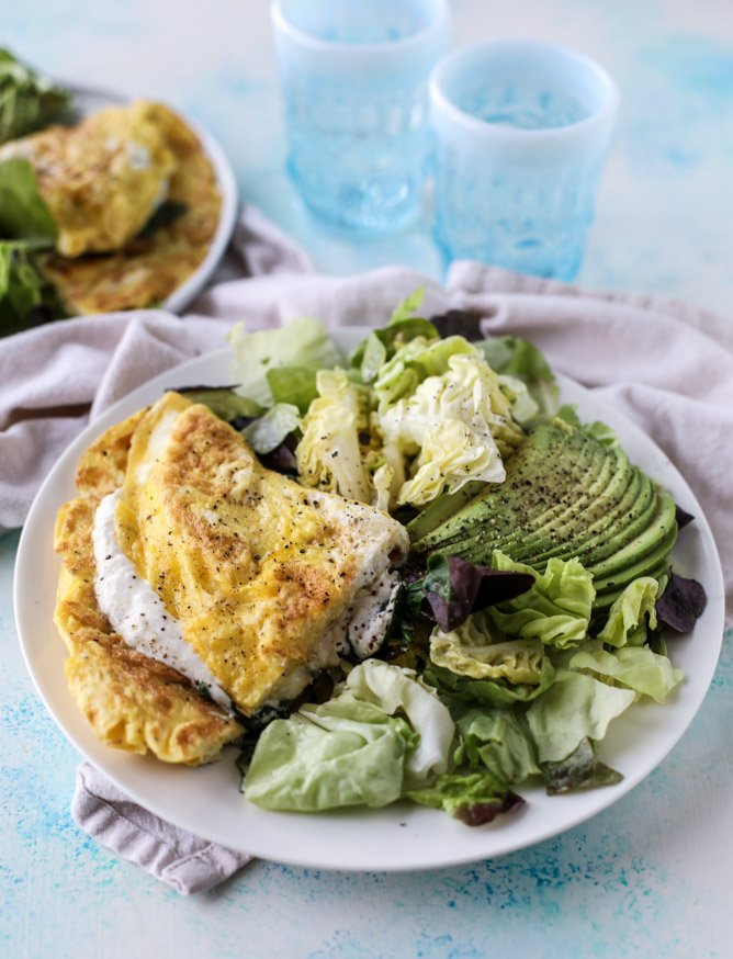 15 minute Spinach Burrata Omelet with Avocado Salad I howsweeteats.com