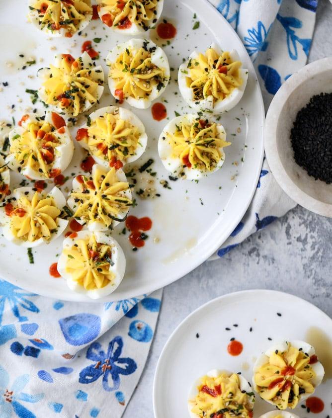 toasted sesame sriracha deviled eggs I howsweeteats.com