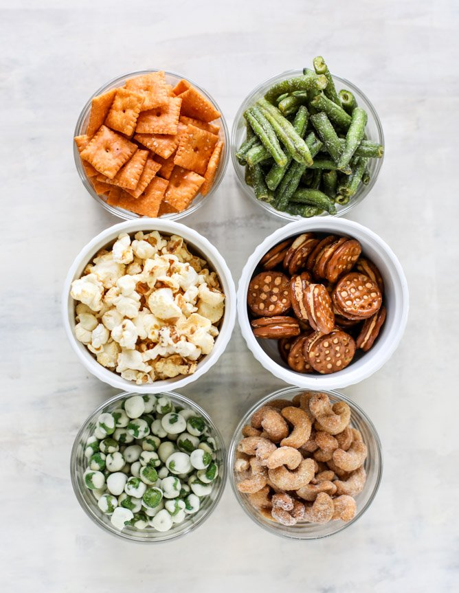 {video!} our favorite summer pool party snack mix I howsweeteats.com