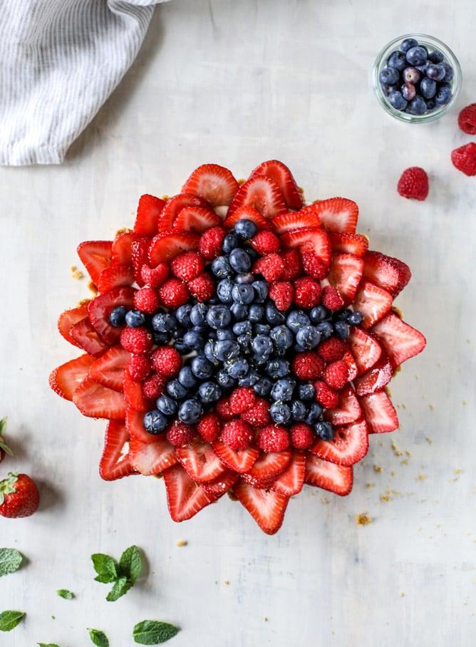 VIDEO TUTORIAL! no-bake cheesecake triple berry star tart I howsweeteats.com