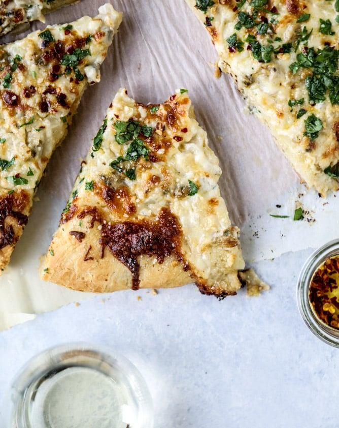 white clam sauce pizza I howsweeteats.com