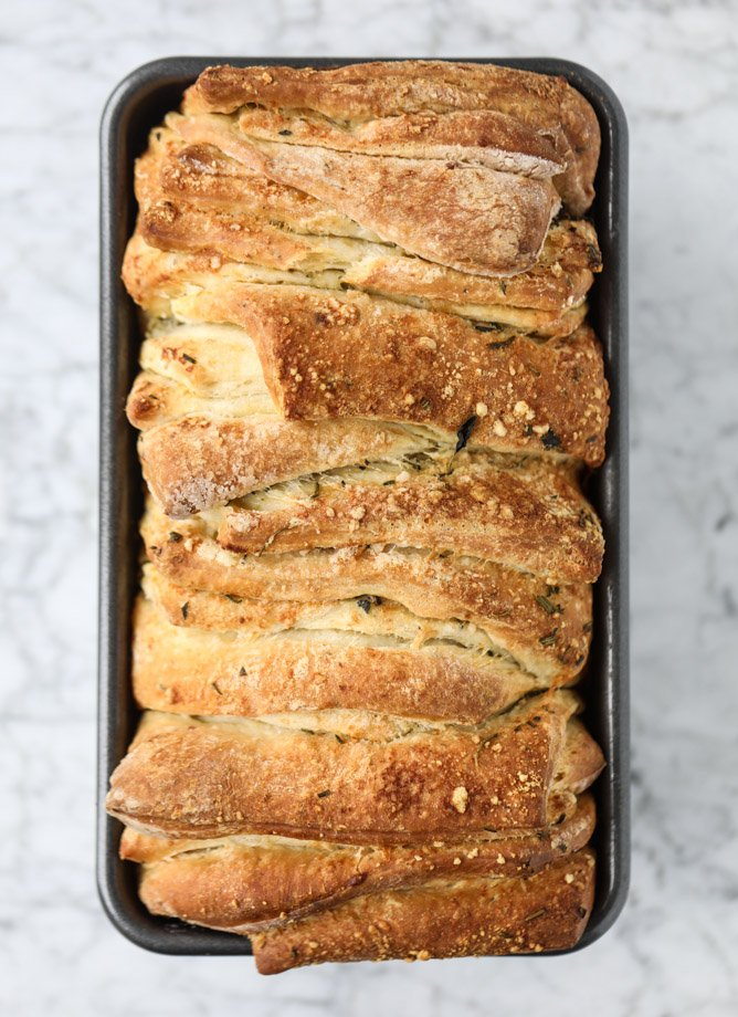 roasted garlic parmesan herb pull-apart bread I howsweeteats.com