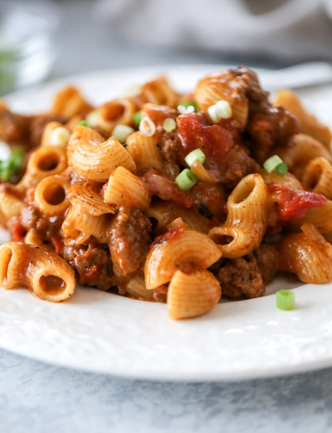 one pot chili cheese pasta I howsweeteats.com #onepotpasta #chili #cheese #chilimac #beef