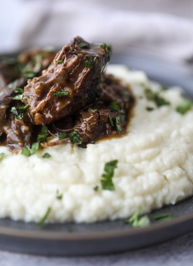 guinness short ribs with cheesy cauliflower mash I howsweeteats.com #slowcooker #guinness #shortribs #saintpatricksday #cauliflower