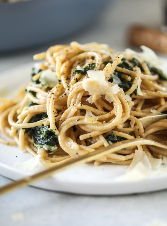 kale cacio e pepe I howsweeteats.com #kale #pasta #meatless #vegetarian #pasta #spaghetti