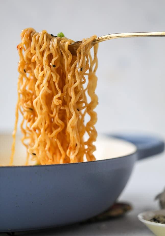 15 minute sesame ramen noodles I howsweeteats.com #ramen #ramennoodles #sesamenoodles #easy #recipes