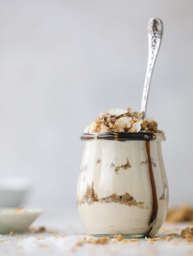 peanut butter crumble yogurt parfaits I howsweeteats.com #peanutbutter #greekyogurt #parfait #breakfast #dessert