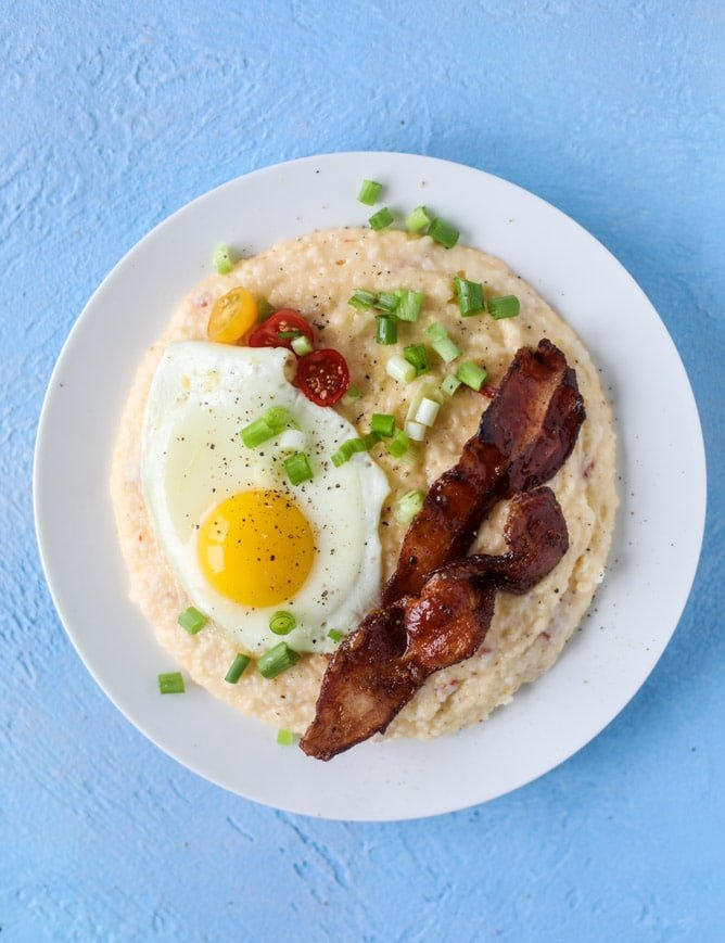 pimento cheese brunch grits I howsweeteats.com #pimentocheese #brunch #breakfast #grits #bacon #kentuckyderby