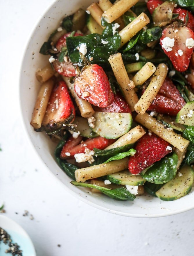 black pepper balsamic strawberry pasta salad I howsweeteats.com #strawberry #pasta #salad #spinach #goatcheese