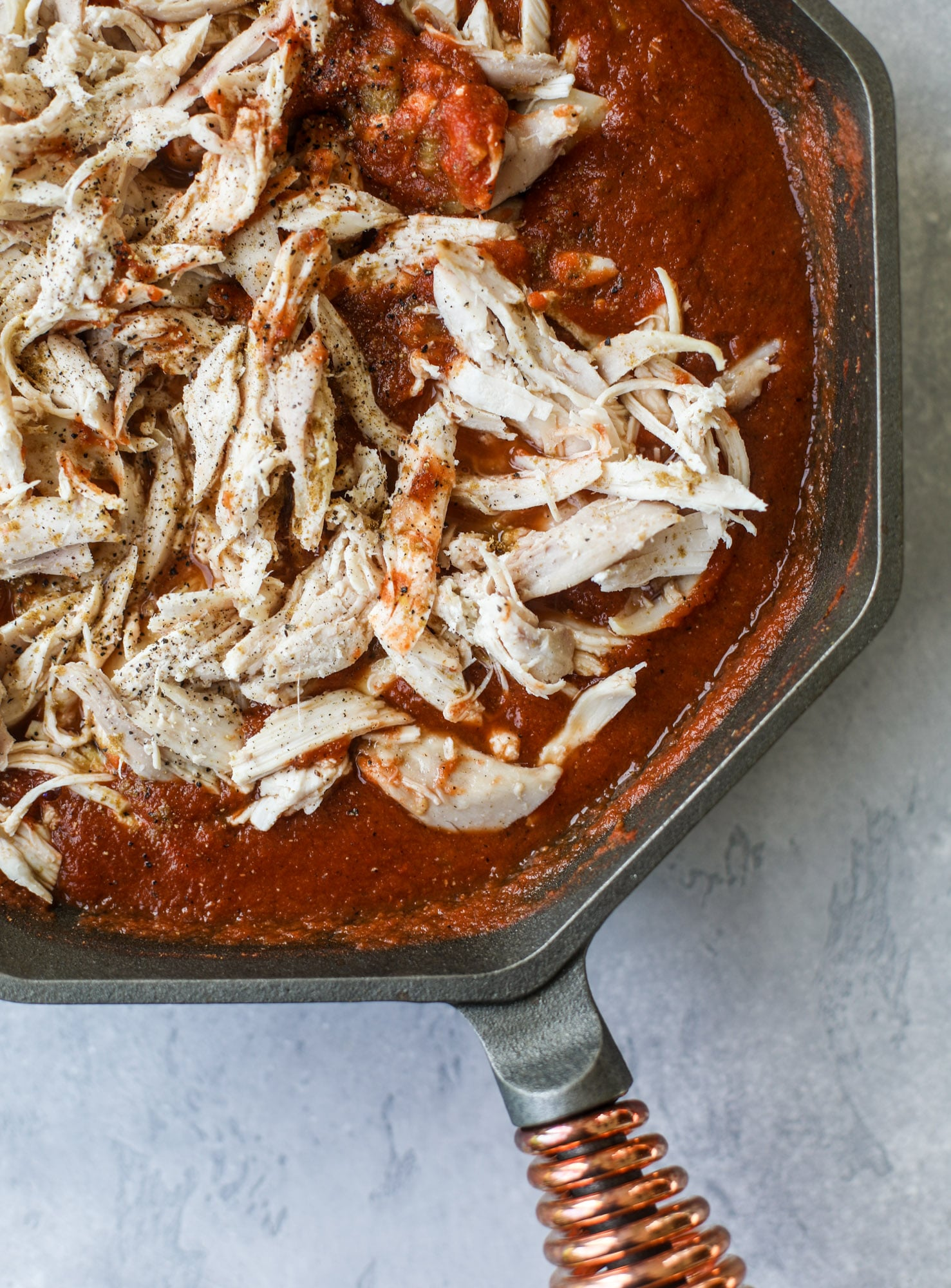 This skillet of fire roasted chicken chilaquiles is so easy, flavorful and delicious! A quick blender sauce made with fire roasted tomatoes, shredded chicken, lots of tortilla chips and your favorite toppings. Give me all the cheese and guacamole! I howsweeteats.com #chicken #chilaquiles #recipe #easy #dinner