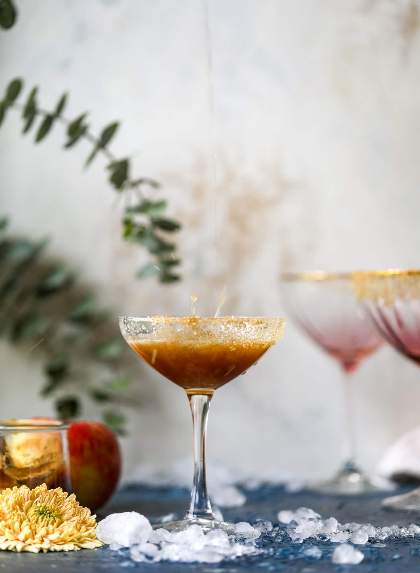 This apple butter cocktail is perfect for the fall season and incredible delicious! It's super simple too: you need apple butter, bourbon and ginger ale or ginger beer. A cinnamon sugar rim and a fig garnish make it super pretty. YUM. I howsweeteats.com #apple #butter #cocktail #bourbon #fizz