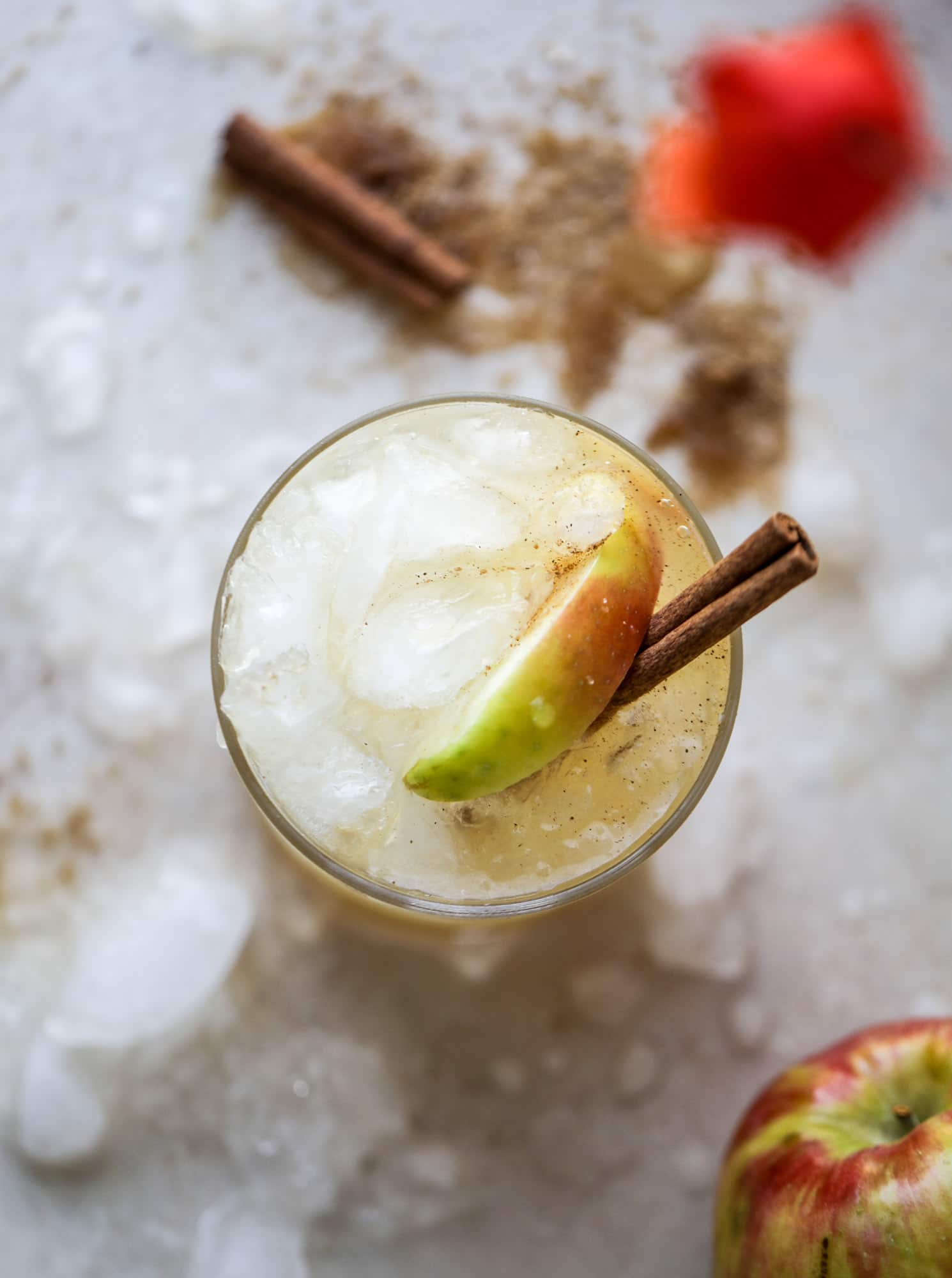 This honeycrisp apple cocktail is so perfect for fall! Fresh honeycrisp apple juice, honeycrisp apple syrup, vodka and ginger beer come together to create a refreshing, bubbly drink for autumn. Finished with a cinnamon sugar rim - YUM. I howsweeteats.com #honeycrisp #apple #cocktail #fall #drinks #vodka