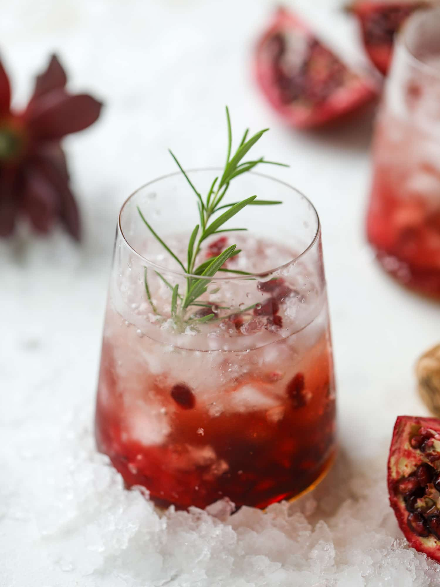 The pomegranate smash cocktail is a great drink for fall, Thanksgiving and the holiday season. Pomegranate juice, vodka and prosecco create a bubbly delicious drink that is garnished with pomegranate arils and rosemary. So festive! I howsweeteats.com #pomegranate #smash
