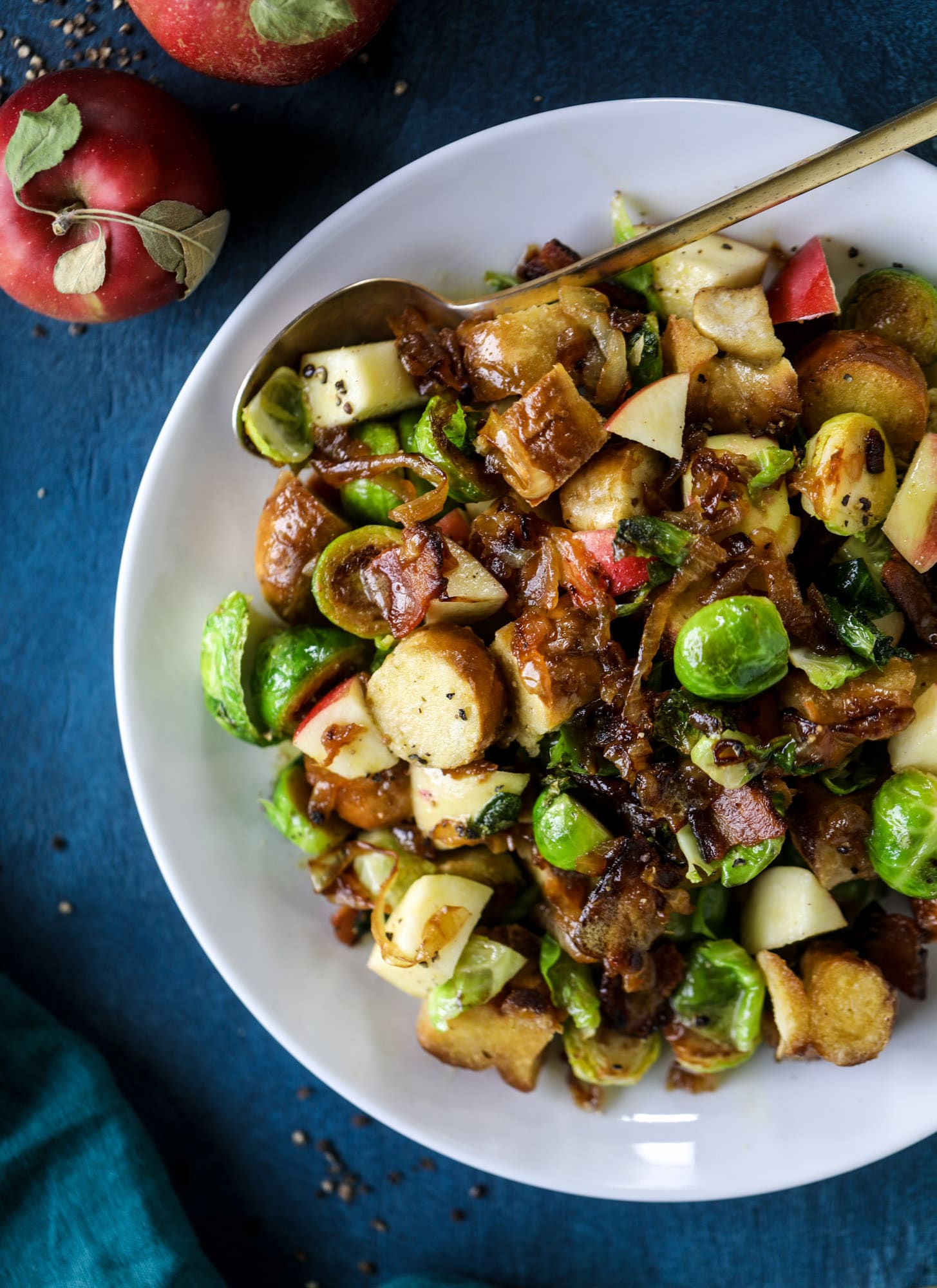 This soft pretzel panzanella with mustard vinaigrette is the best flavor combination for a fall salad there is! Crispy bacon, brussels sprouts, caramelized onion and chopped apple comes together to make for a satisfying delicious autumn salad. I howsweeteats.com #soft #pretzel #panzanella #mustard #apple #brusselssprouts
