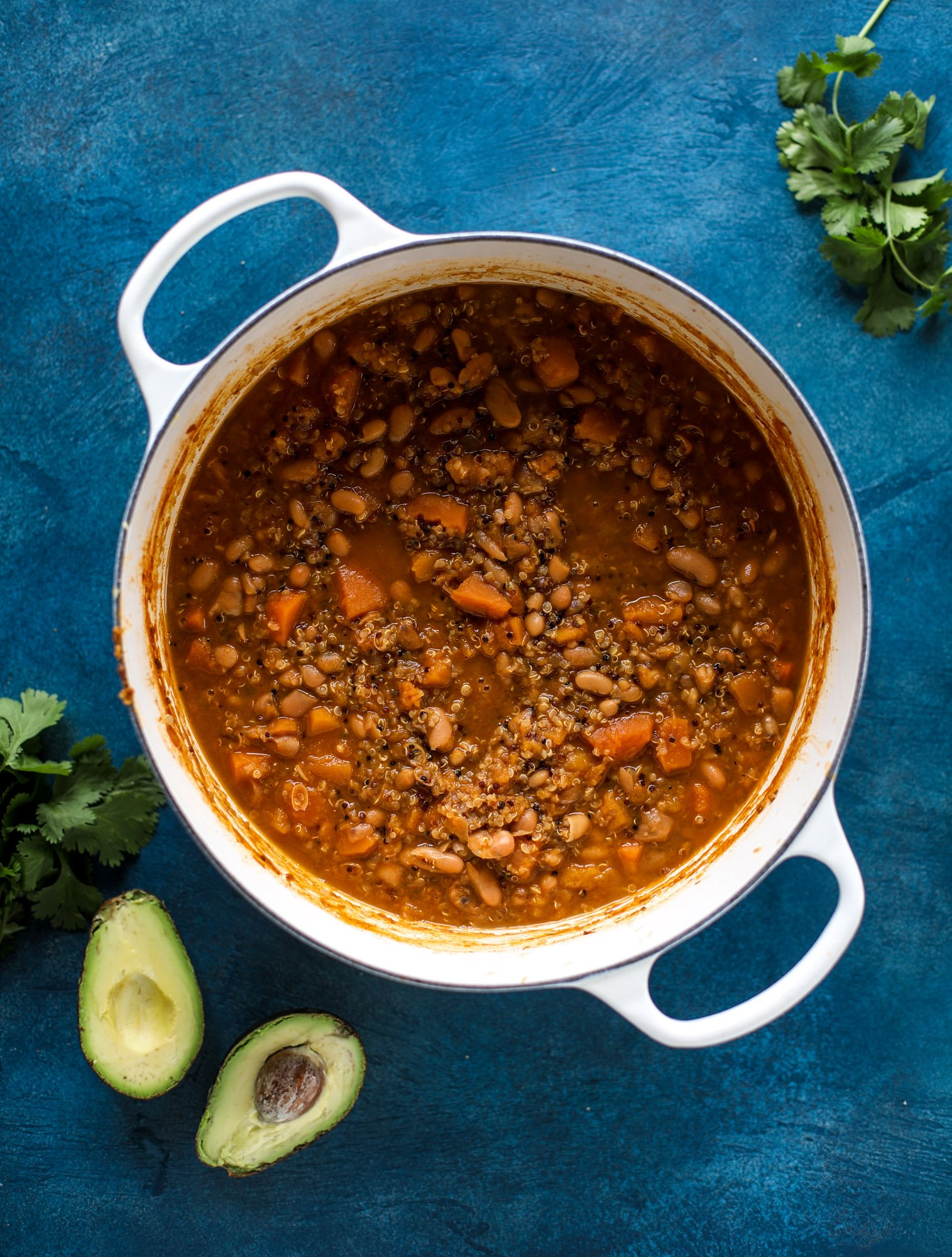 This butternut squash chili is super satisfying and delicious! It's made with pinto beans and quinoa, comes together quickly and is filling and perfect to reheat for lunches. Everything you want in a vegetarian chili! I howsweeteats.com #butternutsquash #chili