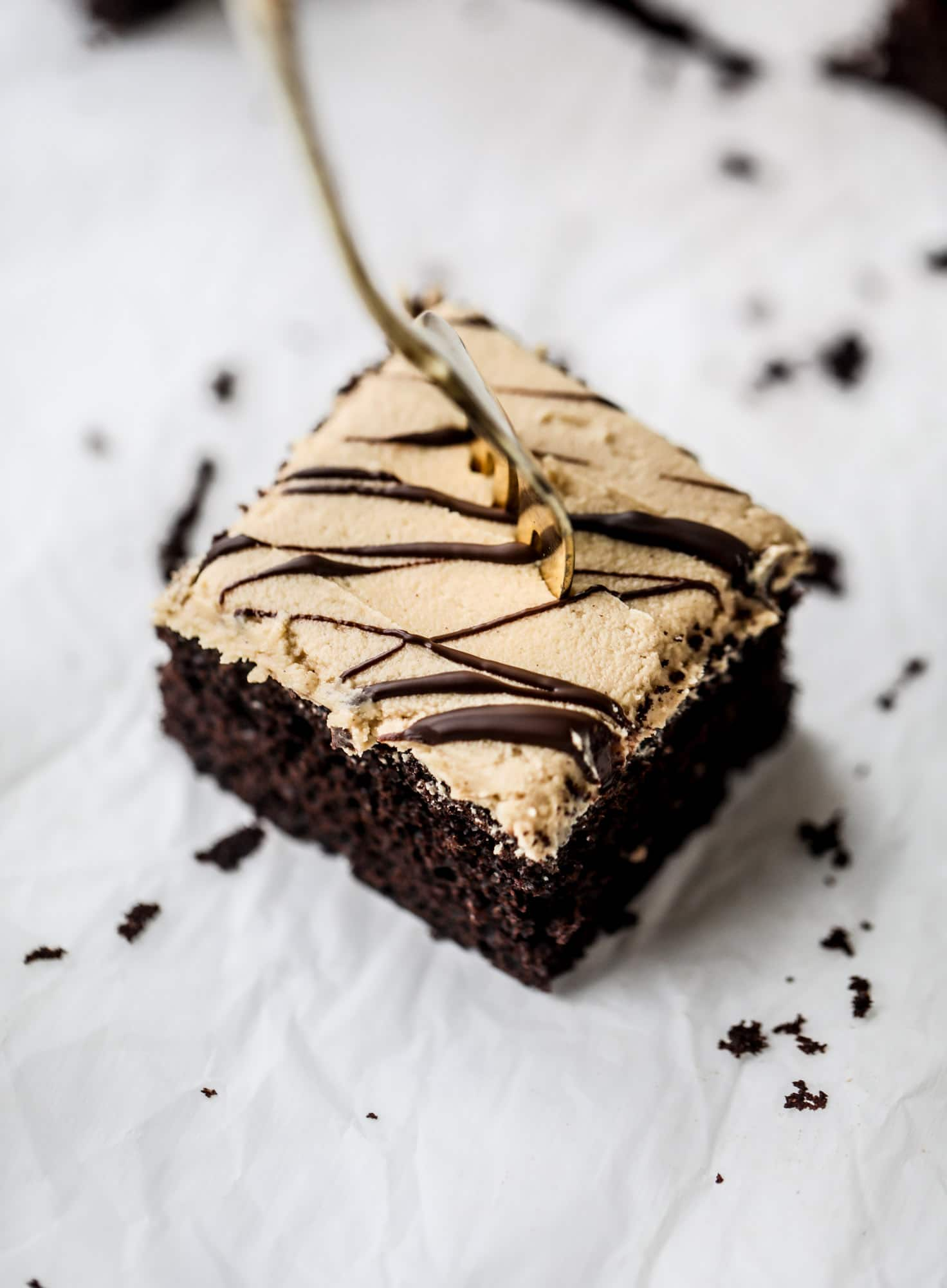 Easy chocolate peanut butter cake is the way to my heart. Moist chocolate cake, fluffy peanut butter frosting. It's the perfect dessert, anytime! I howsweeteats.com #chocolatepeanutbutter #cake