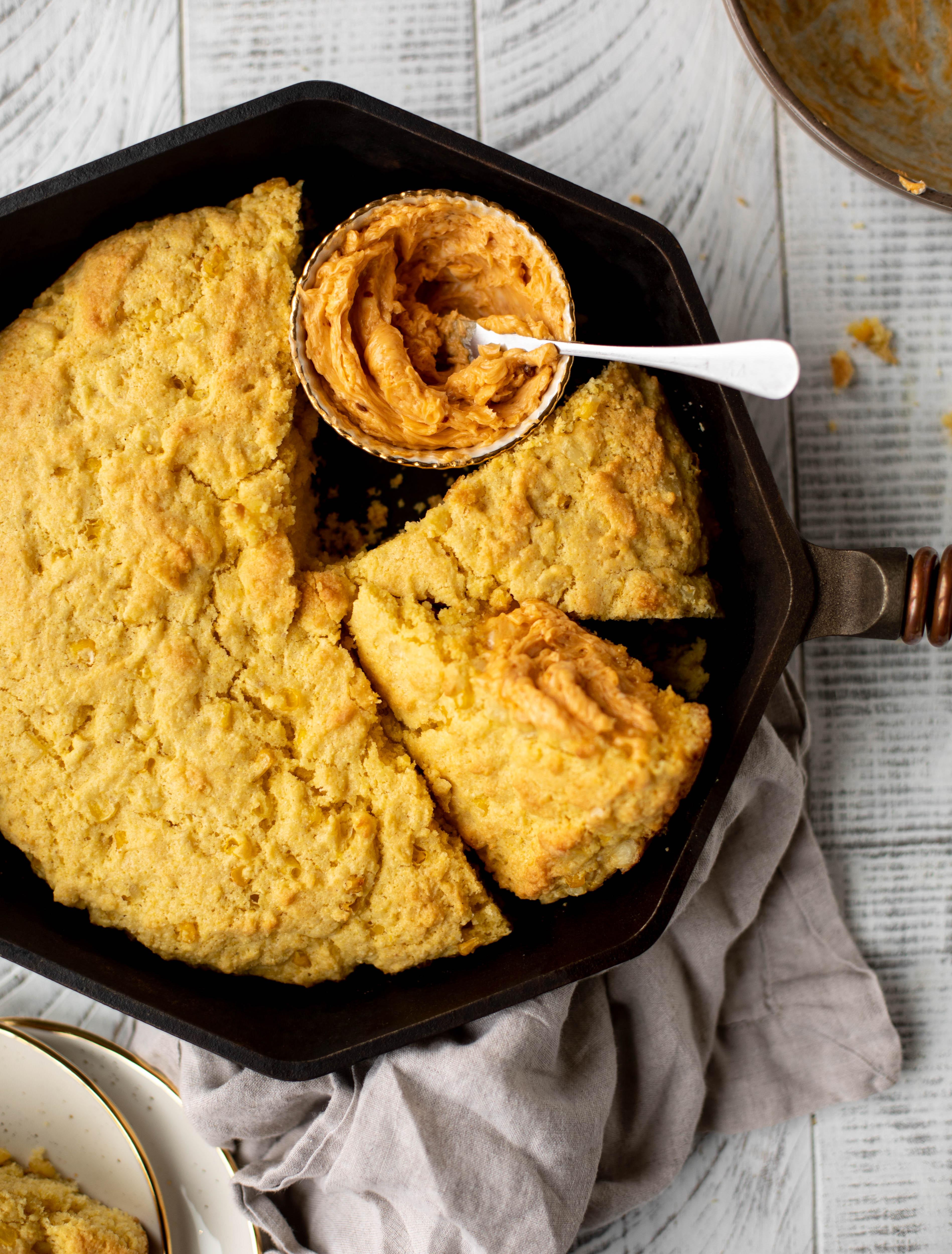 ¡Este pan de maíz de sartén es tan esponjoso y delicioso! Servir caliente del horno con mantequilla de miel de chipotle. Es un gran aperitivo o guarnición.